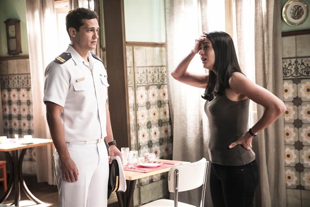 Mateus (Raphael Vianna) e Waleska (Carol Castro) em O Tempo Não Para (Foto: Globo/João Miguel Júnior)