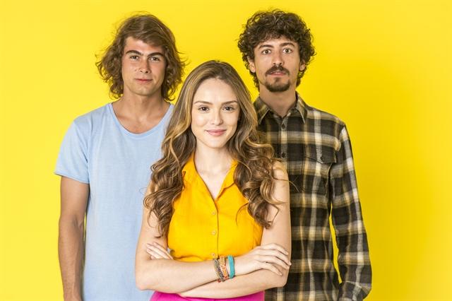 João (Rafael Vitti), Manu (Isabelle Drummond) e Jerônimo (Jesuíta Barbosa) em Verão 90 (Foto: Globo/João Cotta)