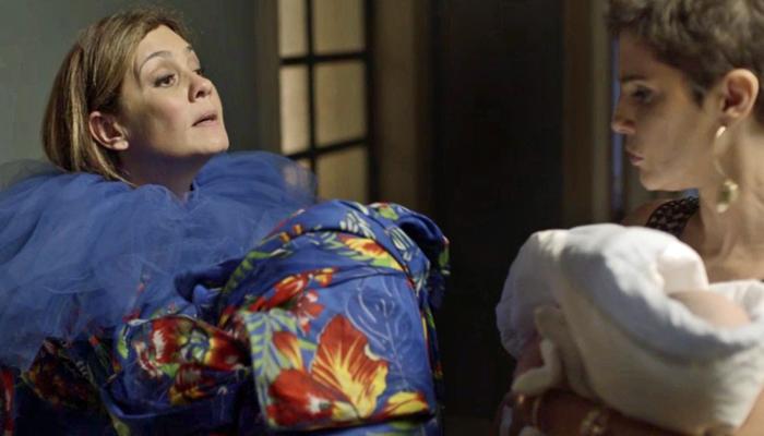Laureta (Adriana Esteves) ordena que Karola (Deborah Secco) siga com o sequestro do bebê de Rosa (Foto: Divulgação/Globo)