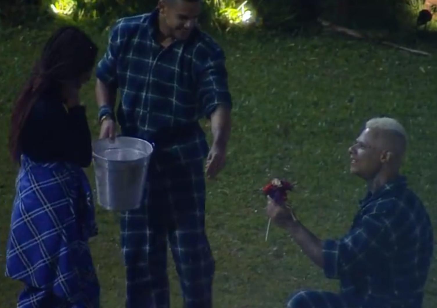 Léo Stronda entregando flores para Luane Dias em A Fazenda 10. (Foto: Reprodução / PlayPlus)