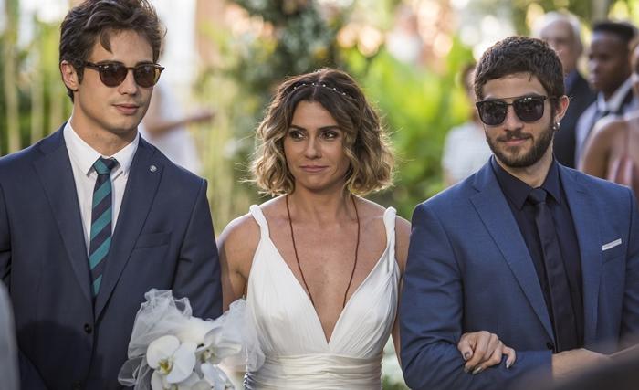 Luzia (Giovanna Antonelli) chega no casamento acompanhada por Valentim (Danilo Mesquita) e Ícaro (Chay Suede) (Foto: Artur Meninea/Globo)