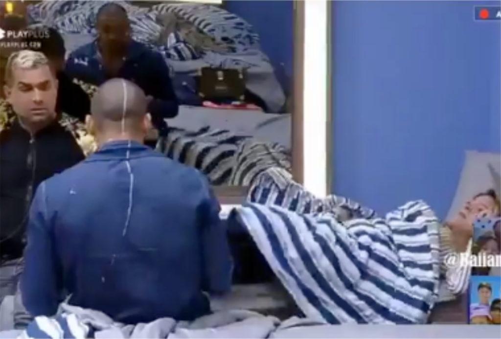 Cena na qual Nadja teria agredido Caique Aguiar ao expulsar ele da cama dela com os pés na Fazenda
