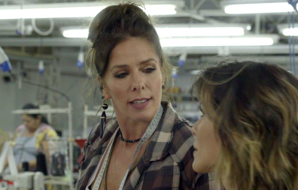 Adriane Galisteu e Cleo no início de O Tempo Não Para (Foto: Reprodução/Globo)