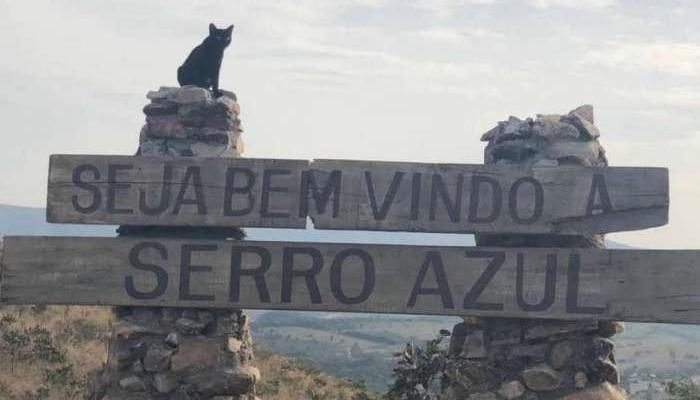 Placa de chegada da cidade de Serro Azul, de O Sétimo Guardião (Foto: Reprodução)