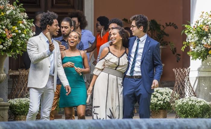 Valentim (Danilo Mesquita) acompanhado dos amigos no casamento de Luzia (Giovanna Antonelli) (Foto: Artur Meninea/Globo)