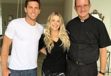 Amaury Nunes, Karina Bacchi e o Padre Antonio (Foto: Divulgação)