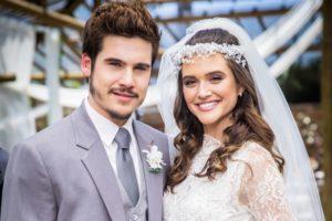 Samuca (Nicolas Prattes) e Marocas (Juliana Paiva) durante o casamento em O Tempo Não Para (Foto: Globo/João Miguel Júnior)
