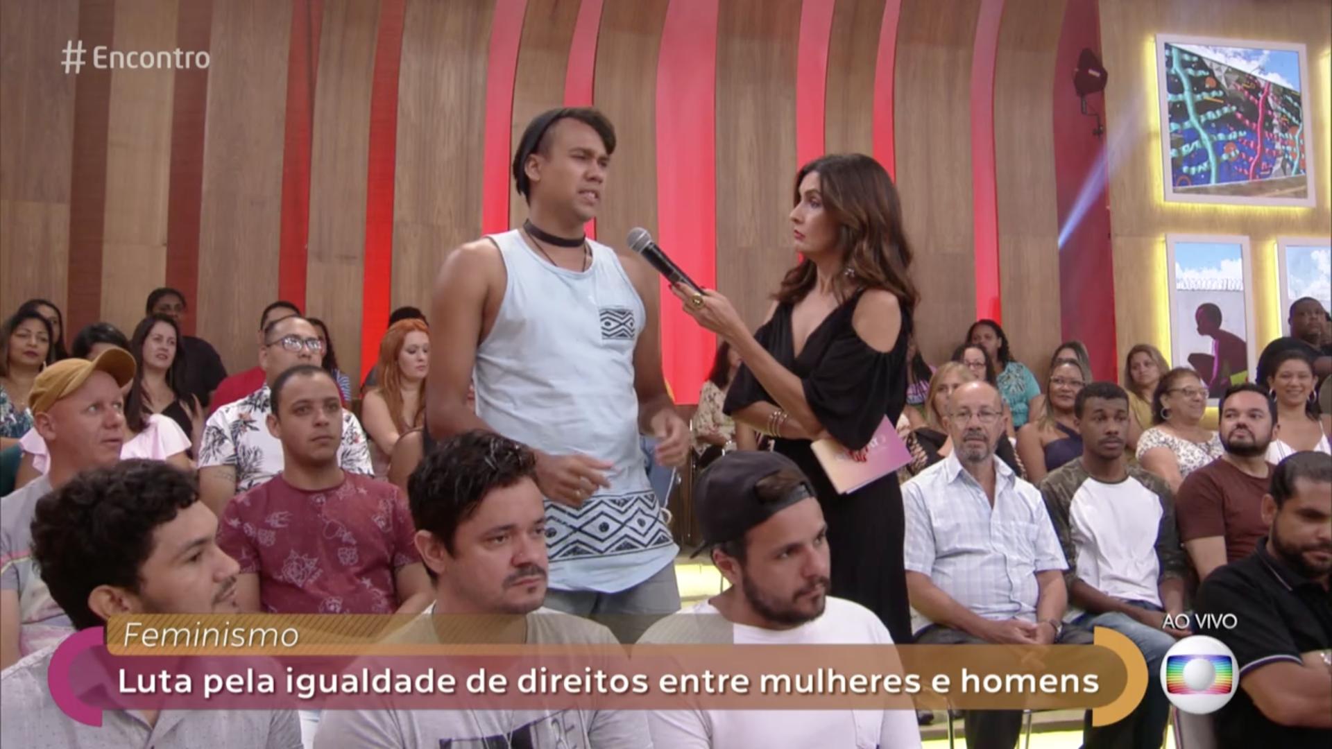 Fátima Bernardes ouvindo rapaz da platéia no Encontro (Foto: Reprodução/Globo)