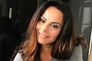 A atriz Viviane Araújo ousou e deixou bumbum à mostra em foto na piscina (Foto: Divulgação)