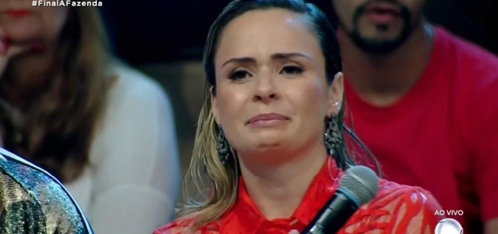 Ana Paula Renault se emocionou durante a final de A Fazenda 10
