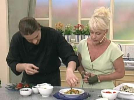 Chefe tenta tirar inseto do prato de Ana Maria Braga, no Mais Você em 1999 (Foto: Reprodução/ Globo)