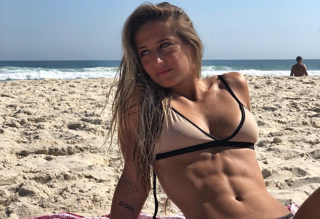 Bruna Griphao mostra seu tanquinho na praia (Foto: Reprodução/Instagram)