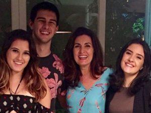 Fátima Bernardes e os filhos, Vinícius, Laura e Beatriz (Foto: Divulgação)