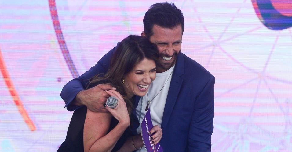 Henri Castelli e Rebeca Abravanel no palco do Teleton 2018. (Foto: Reprodução/Instagram)
