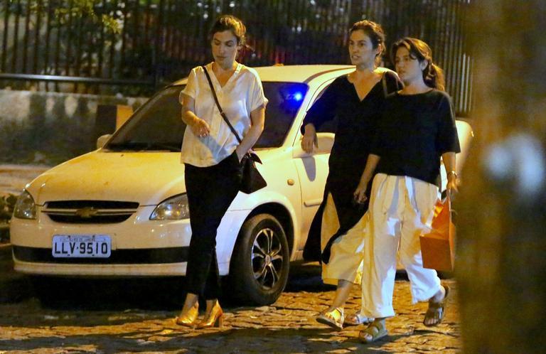 Renata Vasconcellos, a irmã gêmea e uma amiga (Foto: Thiago Martins/AgNews)