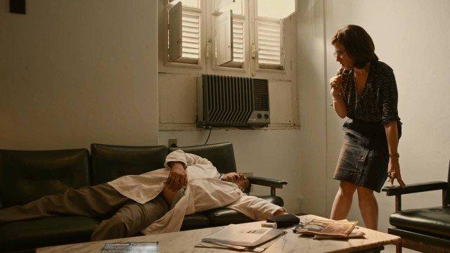 Renata mata Samuel em Sob Pressão (Foto: Globo/ Reprodução)