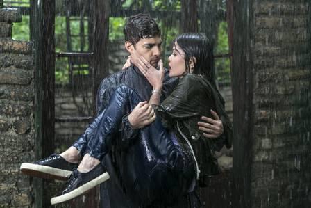 Jorge ajuda Cris, que está tremendo, e os dois se beijam, em Espelho da Vida (Foto: Rafael Campos/ Globo/ Divulgação)