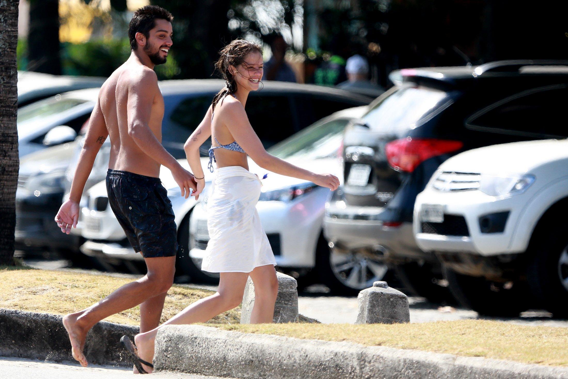 Rodrigo Simas e Agatha Moreira saindo da praia da Barra da Tijuca (Foto: Divulgação/Dilson Silva)