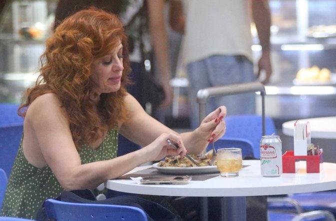 Claudia Raia faz refeição saudável antes de embarcar em aeroporto no Rio (Derick Abreu / AgNews)