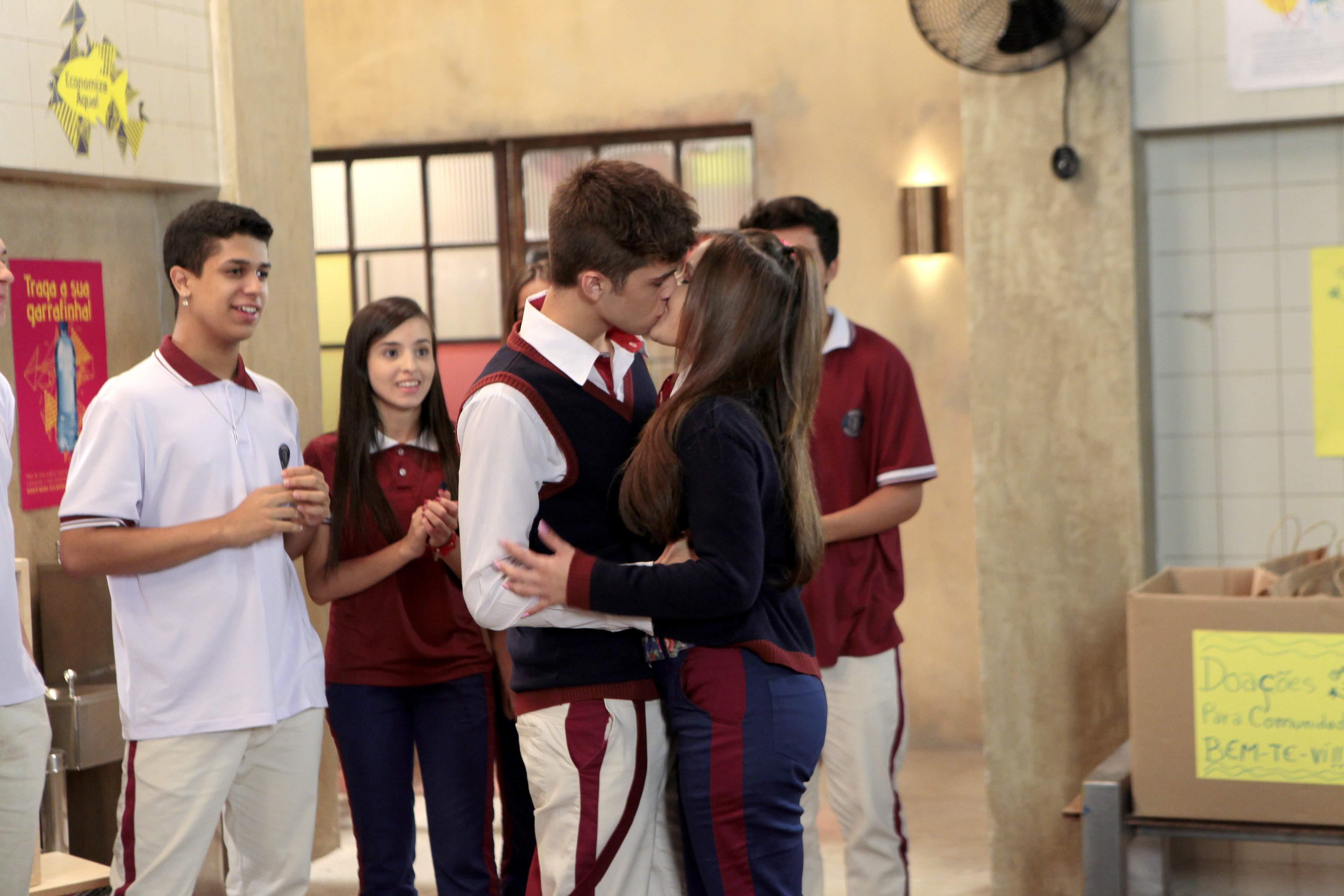 Luca (João Guilherme) e Mirela (Larissa Manoela) se beijam em As Aventuras de Poliana do SBT