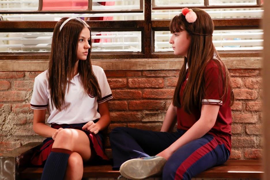 Poliana se aproxima de Filipa e tenta jogar o jogo do contente em As Aventuras de Poliana do SBT (Foto: Lourival Ribeiro/SBT)