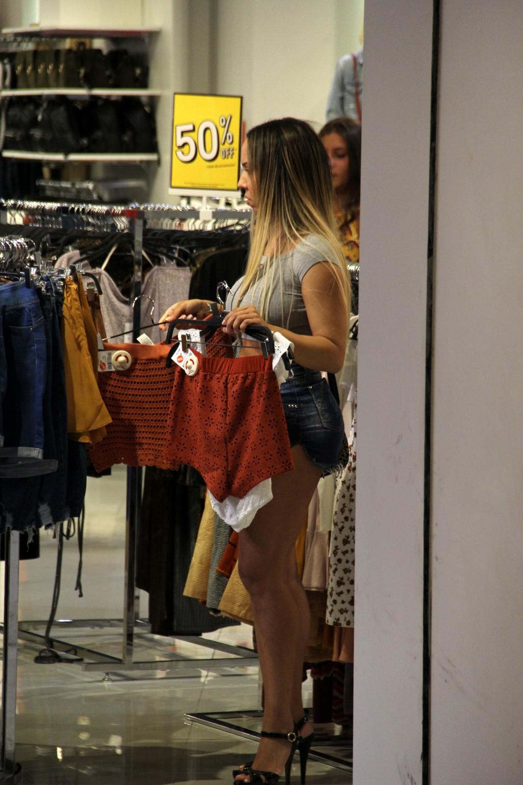 A cantora não se importou com as câmeras e escolheu suas roupas por lá mesmo (Foto: AgNews)