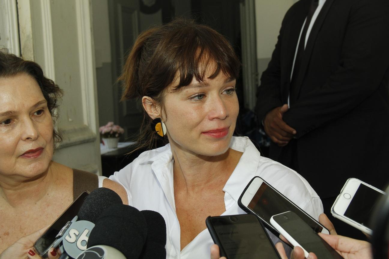 Mariana Ximenes, atriz da Globo, chega ao velório de Caio Junqueira (Foto: Wallace Barbosa/AgNews)