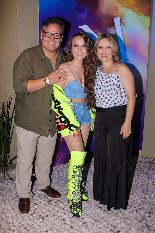 Larissa Manoela com seus pais em sua festa de 18 anos (Foto  Thiago Duran 10d3ab1e8e