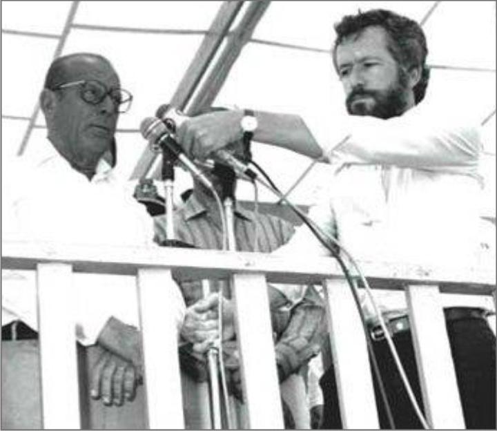 Alexandre Garcia auxiliando João Figueiredo (Foto: Reprodução)