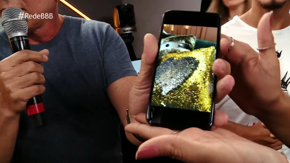 Boninho mostra fotos do BBB19 no celular (Foto: Reprodução)