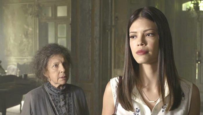 A guardiã (Suzana Faini) e Cris (Vitoria Strada) em Espelho da Vida (Foto: Divulgação/Globo)
