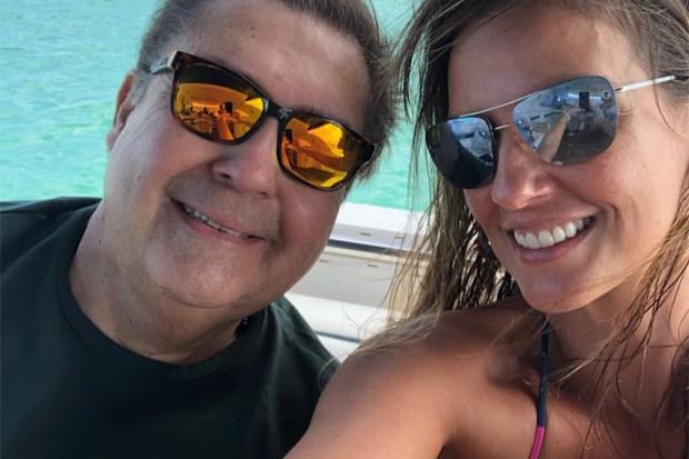 Faustão durante passeio de barco com a esposa (Foto: Reprodução/Instagram)