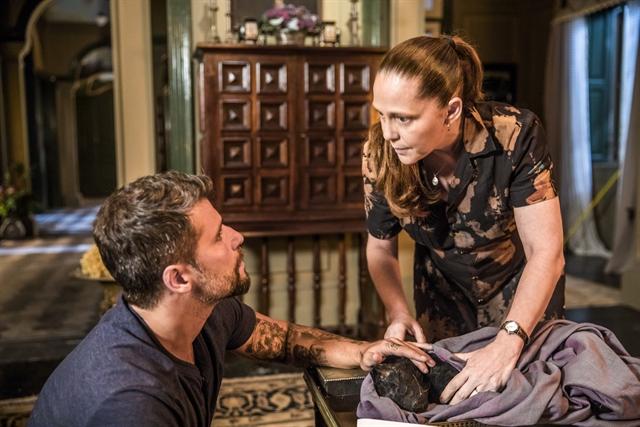 Gabriel (Bruno Gagliasso) e Judith (Isabela Garcia) com León morto em O Sétimo Guardião (Foto: Globo/João Miguel Júnior)
