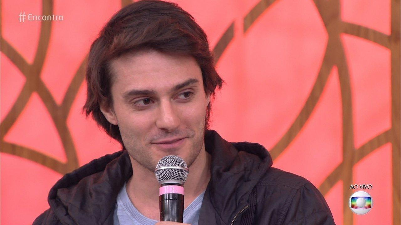 O ator Hugo Bonemer durante participação no programa Encontro (Foto: Reprodução/Globo)