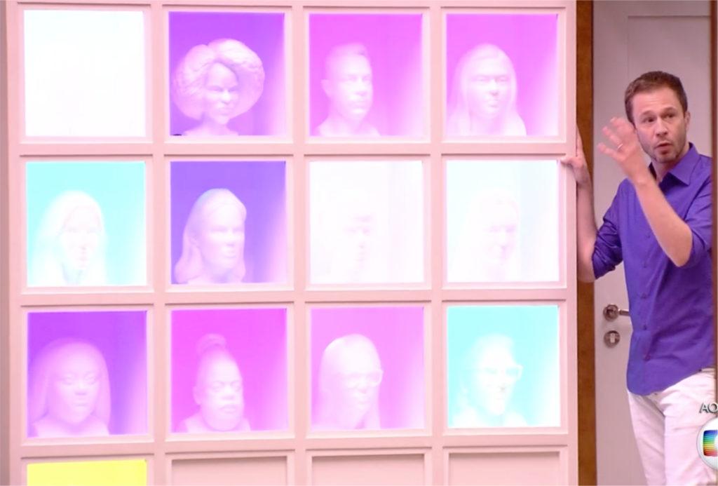 Painel na sala da casa do BBB19 mostra o rosto de todos os participantes (Foto reprodução)