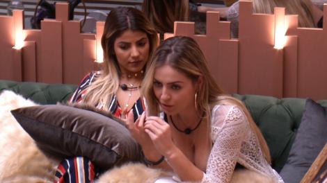 Paula e Hariany discutem no BBB19 (Foto: GloboPlay)