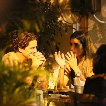 Rômulo Arantes Neto conversa com a morena misteriosa (Foto: AGNews)