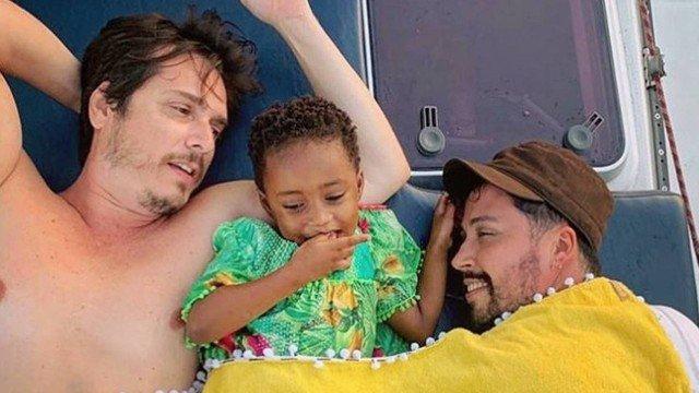 Arlindo Lopes e Gil Filho, com a filha de Leandra Leal (Foto: Reprodução/Instagram)