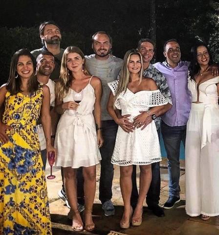 Carlos Bolsonaro com o primo, a namorada e os amigos (Foto: Reprodução)