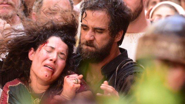 Laila sendo levada para ser apedrejada em Jesus (Foto: Divulgação/ Record)