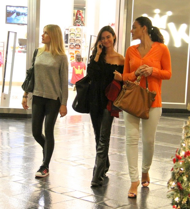 Thaila, Fiorella e Débora (Foto: Daniel Delmiro/Agnews)