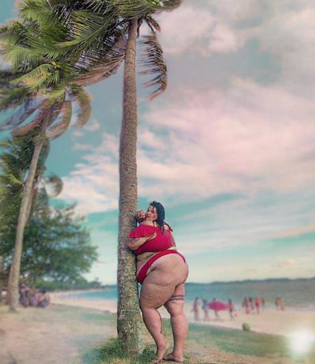 Thais Carla, dançarina de Anitta, pede para seguidores escolherem legenda para foto de biquini. (Foto: Reprodução Instagram)