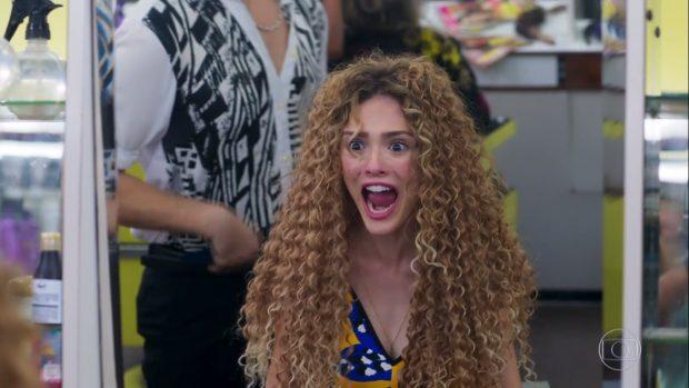 Manuzita não gostou nenhum pouco do novo cabelo (Foto: TV Globo)