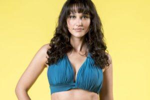 Débora Nascimento faz parte do elenco de Verão 90 (Foto: Reprodução)