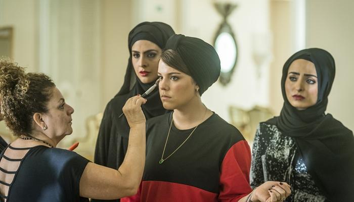 Dalila (Alice Wegmann), Aida (Darilia Oliveira), Fairouz (Yasmin Garcez), com a caracterizadora Gilvete Santos (Foto: Globo/Paulo Belote)