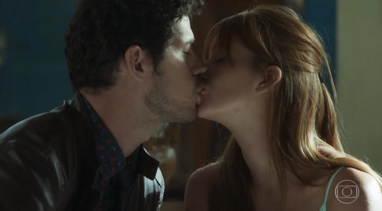 Junior e Luz se beijam na novela O Sétimo Guardião