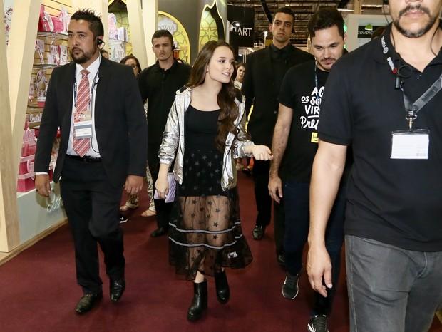 45555c65ce983 Larissa Manoela é cercada por multidão, causa alvoroço e precisa ser ...