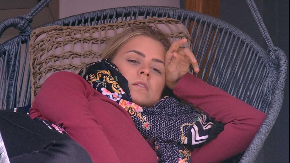 Isabella comenta com Carolina sobre Prova do Anjo: 'Acho que não vou participar' — (Foto: TV Globo)