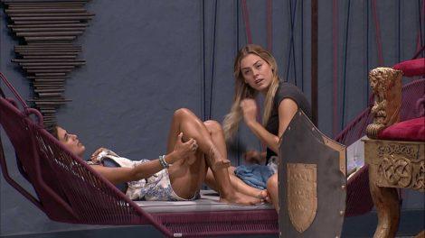 Carolina e Isabella conversam no BBB19 (Foto: Reprodução)