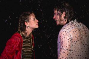 Nicole e Quinzinho em cena da novela Verão 90 (Foto: Reprodução)
